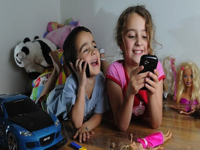 1_Children_with_phones