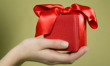 Hand-holding-gift-001