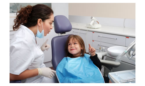 dental-hygienist-instructing-child